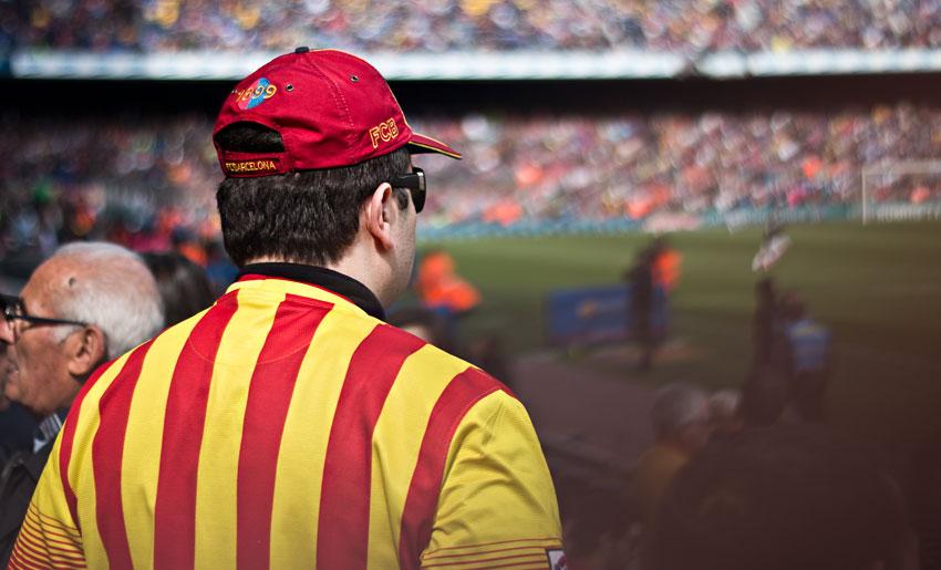 Ein Fan im Trikot mit den Farben von Katalonien