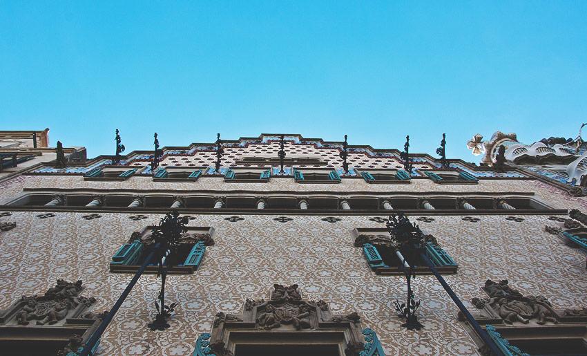 Direkt neben der Casa Batlló von Antoni Gaudí