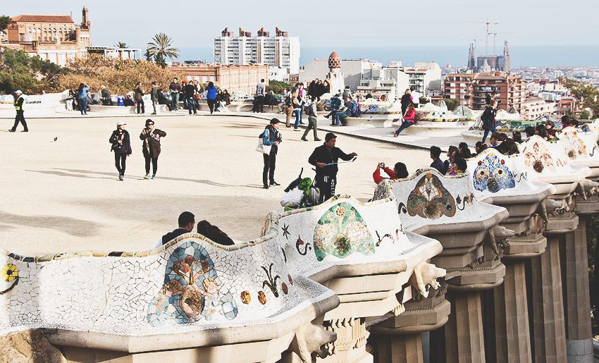 Parc Güell: Um auf die Plattform mit den vielen kunstvollen Elementen zu gelangen werden 8 € fällig