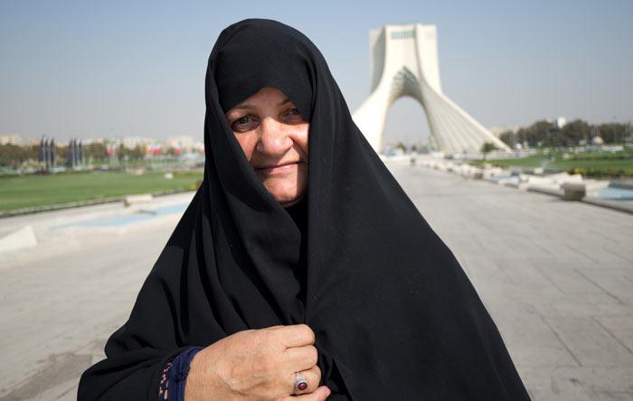 Eine Iranerin vor dem Azadi Tower