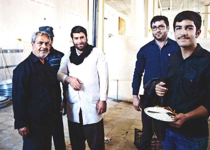 Ali (rechts) und weitere Gemeindemitglieder in der Moschee