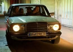 Eine freundliche iranische Familie in ihrem alten Mercedes