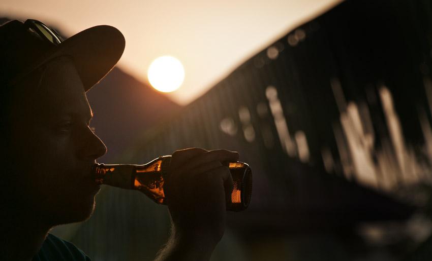 Heiße Sonne und kühle Getränke: Die Reisezeit hat viele Vorteile.