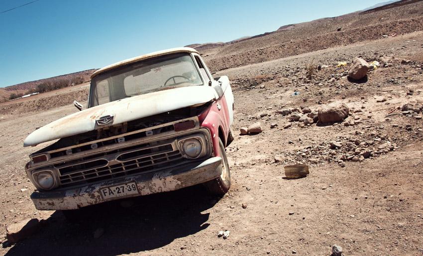 Altes Auto in der Atacamawüste