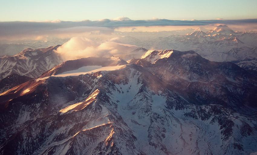 Die lange Flugzeit wird belohnt: Sonnenaufgang über den Anden beim Landeanflug auf Santiago