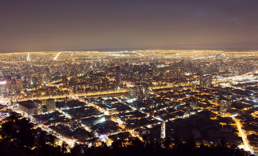 Santiago bei Nacht vom Cerro San Cristóbal aus gesehen