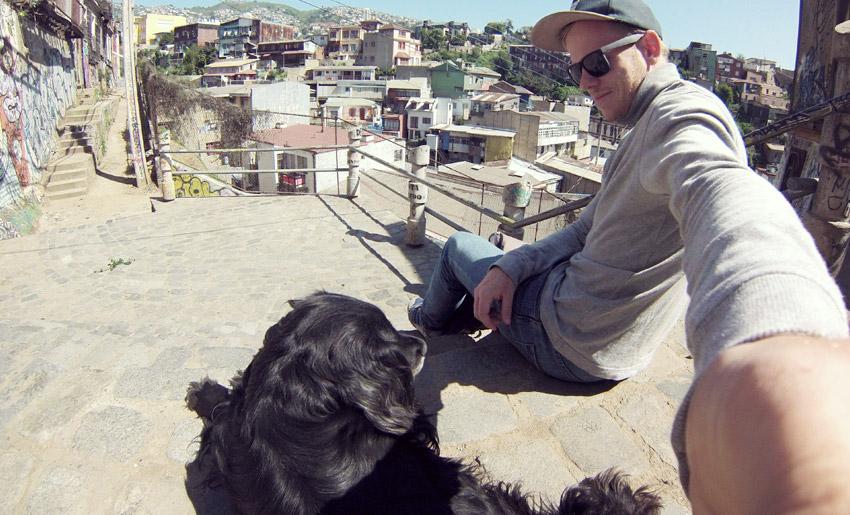 Selfie mit Straßenhund in Valparaíso